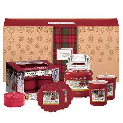 Coffret cadeau YankeeCandle comportant 1 petite jarre parfumée, 2 bougies votives, 12 bougies chauffe-plat et 2 tartelettes de cire senteur Magie de Noël, emballage festif